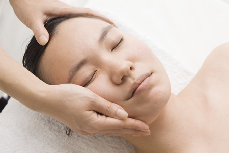 touch down: Massage to eliminate the sagging of the face