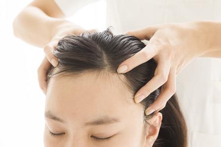 ヘッド マッサージをする女性