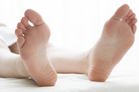 personas de espalda: Clientes femeninas, lo cual es un masaje de pies