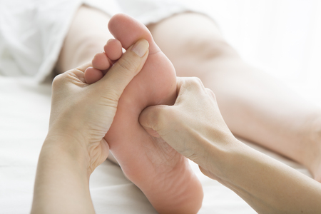 女性のお客様、足マッサージします。