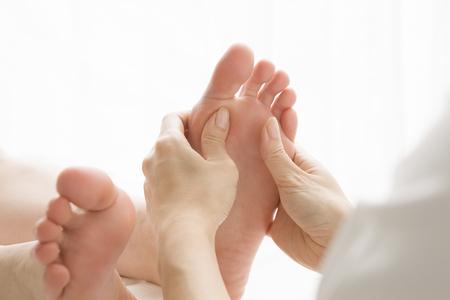 masaje: Mujer con un masaje de pies Foto de archivo