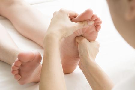 massage homme: clients féminins, ce qui est un massage des pieds Banque d'images