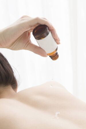 oil massage: Woman to the oil massage