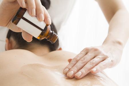 Esthéticienne pour le massage à l'huile