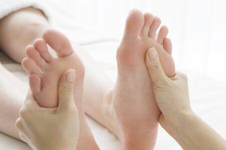pied fille: Massez le dos des deux jambes Banque d'images