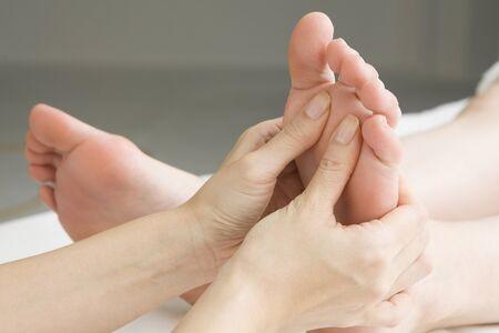 pied fille: Esthéticienne à masser les orteils