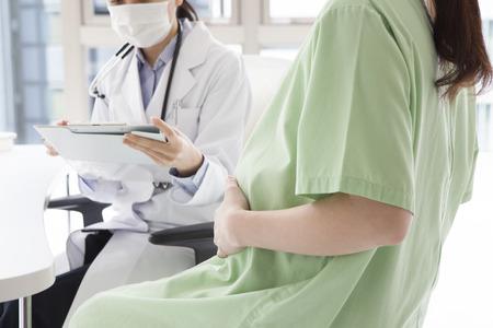 Gynecologist to explain to Pregnant woman