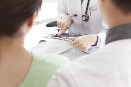 sala parto: Coppia per ascoltare una descrizione dei ostetrici e ginecologi