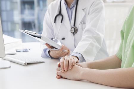 Médico para calmar al paciente