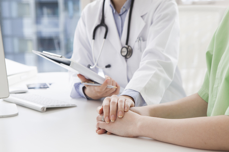 consulta médica: Médico para calmar al paciente