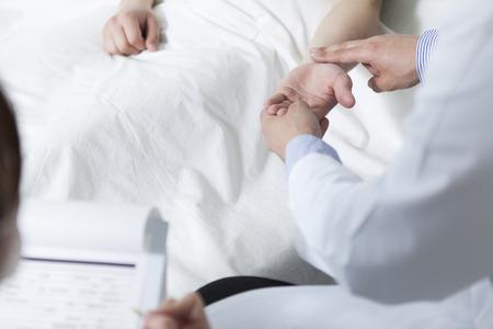 Arzt überprüfen den Puls eines Patienten Standard-Bild - 51550665