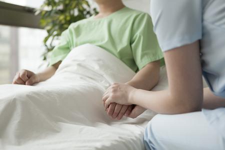 Verpleegkundige om de patiënt gerust te stellen