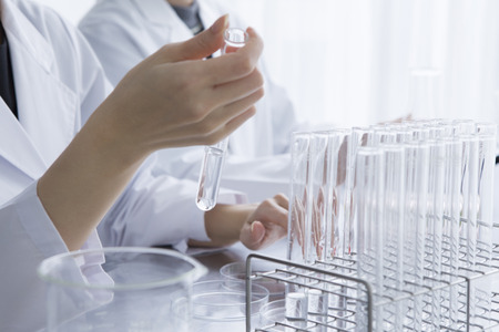 Women researchers are taking to hand the test tube 写真素材