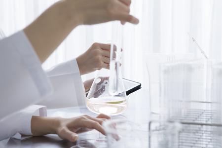 pipeta: Los investigadores están a la mano el tubo de ensayo