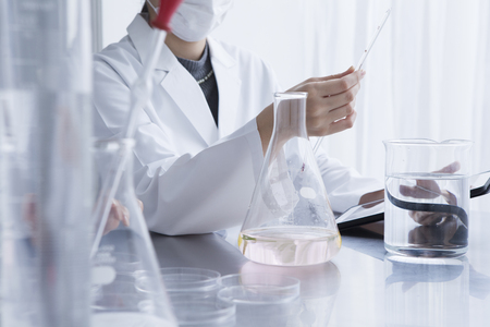 Women are studied in the laboratory Stockfoto