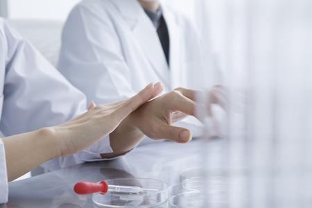 女性は研究室で研究されています。