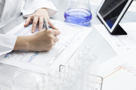 Investigador de sexo femenino se resumen los resultados de la investigación