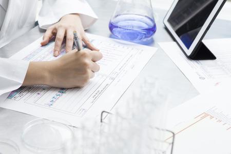 research: Investigador de sexo femenino se resumen los resultados de la investigación