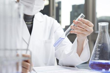 industria quimica: Las mujeres investigadoras están investigando el líquido púrpura Foto de archivo