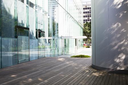 ガラスの建物、入り口