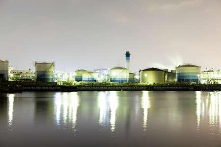 paesaggio industriale: impianto chimico e la nave
