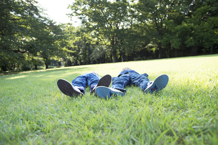 Kinderen spelen in het park Stockfoto
