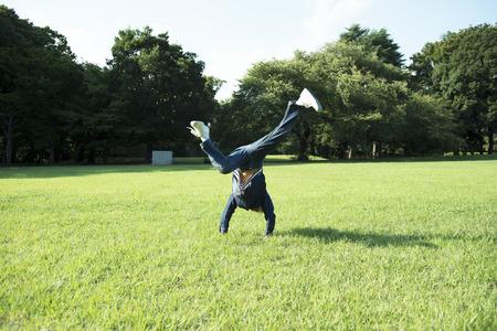 people jumping: frondoso y verde parque