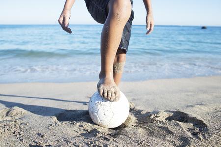 Kinder spielen am Strand Standard-Bild - 53114259