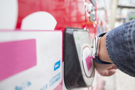 Use the smart watch in the payment of the vending machine. Banque d'images