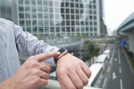 buss: Touch the smart watch while watching the bus.