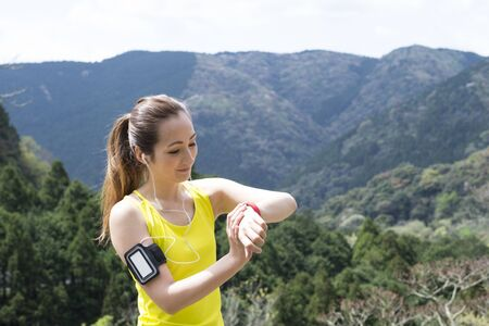 aire puro: Las mujeres que disfrutan de la naturaleza de aire fresco