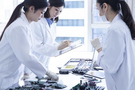 bata blanca: 3 personas de sexo femenino genio científico lleva una bata blanca.
