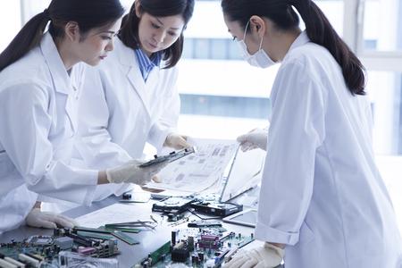 bata blanca: 3 personas de sexo femenino genio cient�fico lleva una bata blanca.