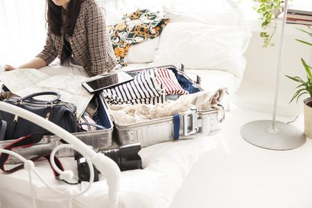 Preparación del viaje es también uno de la diversión y feliz. Las cosas en la maleta, la ropa y los sueños y la esperanza y la alegría.