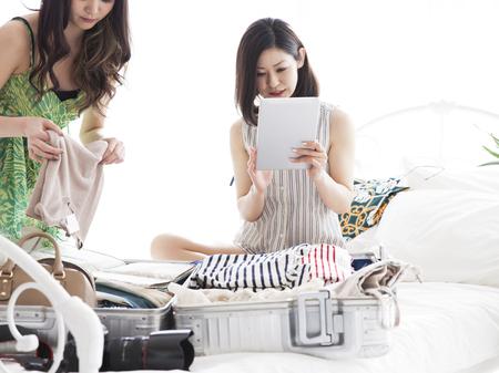 maletas de viaje: Dos niñas que se preparan para viajes del mundo. Las cosas en la maleta, la ropa y los sueños y la esperanza y la alegría.