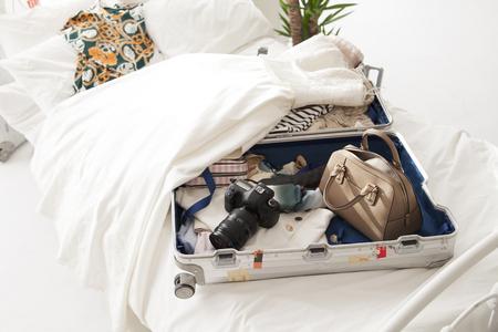 Las cosas en la maleta, la ropa y los sueños y la esperanza y la alegría. Foto de archivo