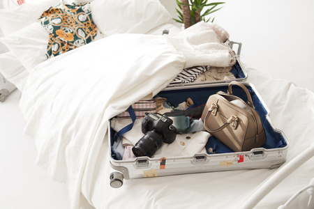 Rzeczy w walizce, ubrania i marzeń i nadziei i radości. Zdjęcie Seryjne