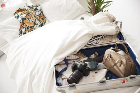 スーツケース、服と夢と希望と喜びのもの。