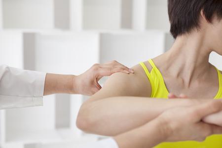 Chiropraktik, Geist und Körper versucht, die leichte Schulter. Standard-Bild - 60456392