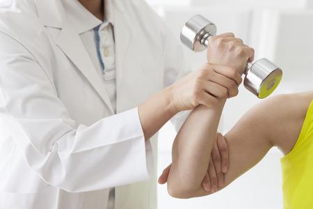 buena postura: Paciente en la fisioterapia haciendo ejercicios de fisioterapia con su terapeuta.