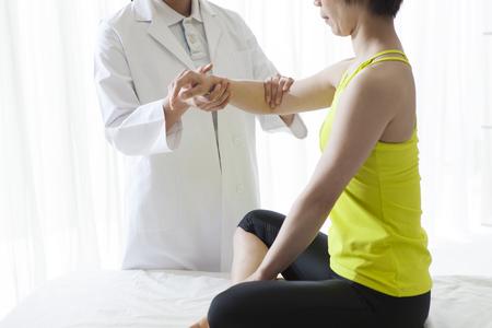 pantalones abajo: Terapeuta que hace masaje con las manos en la rehabilitación femenina ... Foto de archivo