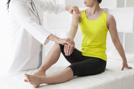 치료사는 여성에게 손으로 재활을하고있는 치료사 ... 스톡 콘텐츠 - 60457008