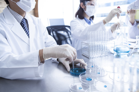 대학의 실험실에서 화학 물질로 일하는 과학 학생들. 스톡 콘텐츠 - 60457252