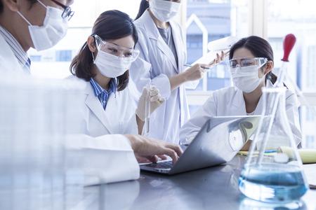 Los científicos a la reunión se reunieron en el laboratorio. Foto de archivo