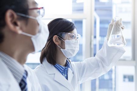 técnicos de laboratorio de biología en el trabajo.