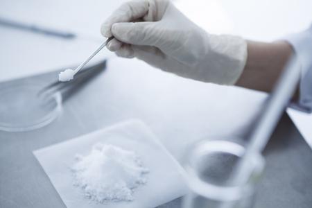 schep het witte poeder met een lepel.