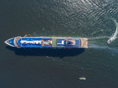 Barco de pasajeros de carga y vista aérea.