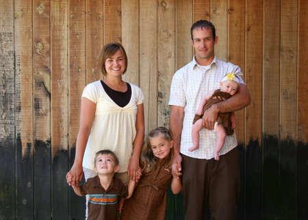 trois enfants: Cute jeune biparentale famille avec trois enfants.