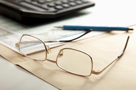 carta e penna: Calcolatrice, cartella con carta, penna e occhiali Archivio Fotografico