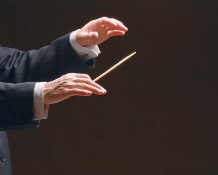 コンサートの指揮者 ' バトンを持って、黒い背景に分離された s 手